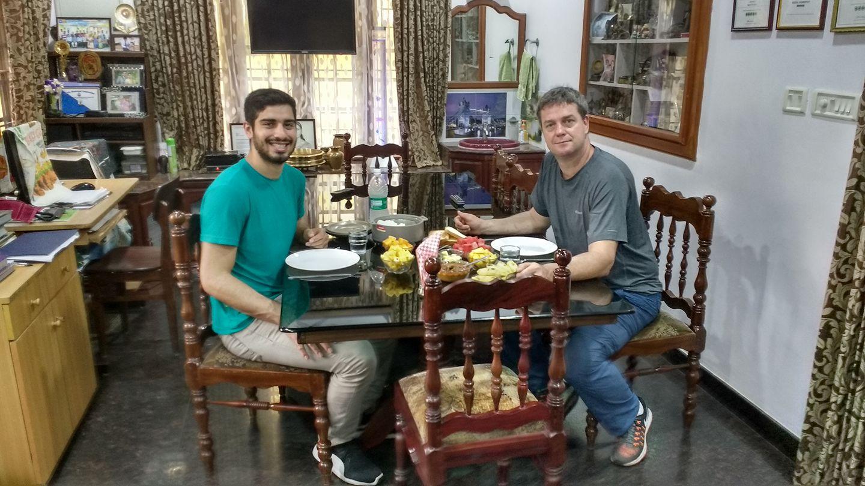 À direita, o chef Yuri Ogurtsova, do Tuk Tuk, e o professor de ioga e atendente do restaurante, Ruan Kaoan. Foto: Yuri Ogurtsova/Arquivo pessoal