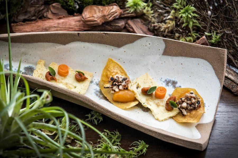 Snacks de cenoura e de inhame com caviar de quiabo. Foto: Letícia Akemi/Gazeta do Povo