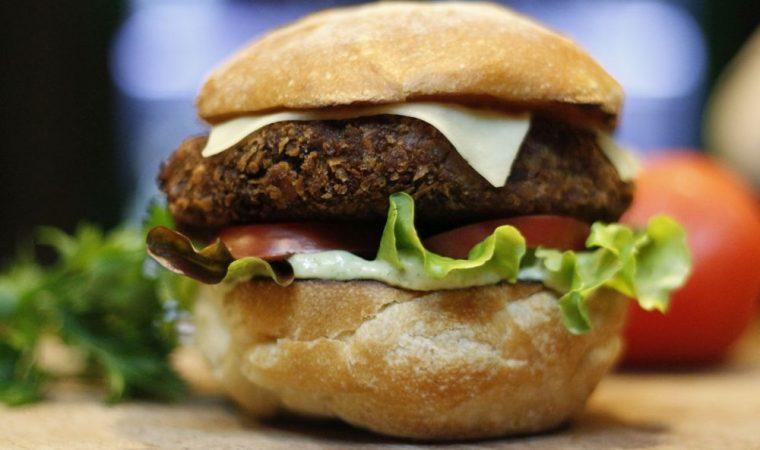 Chef de Curitiba usa cerveja de avelã em receita de hambúrguer vegano