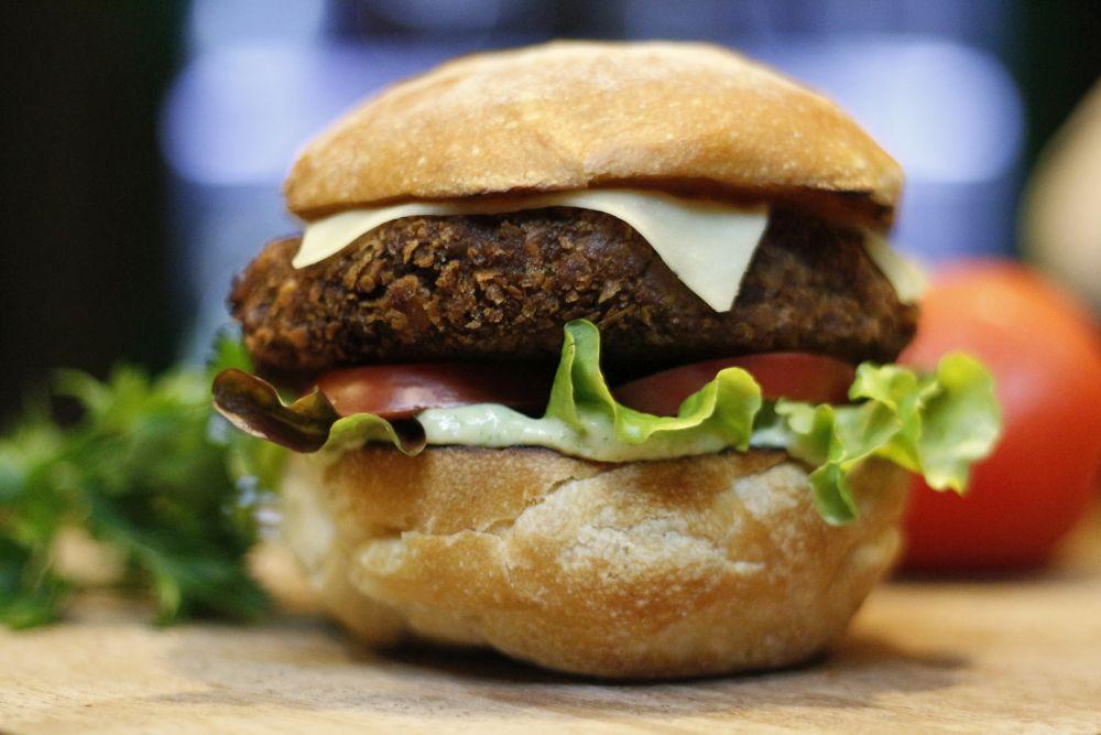 Veg Burguer, sanduíche vegano do bar Simples Assim. Foto: Divulgação