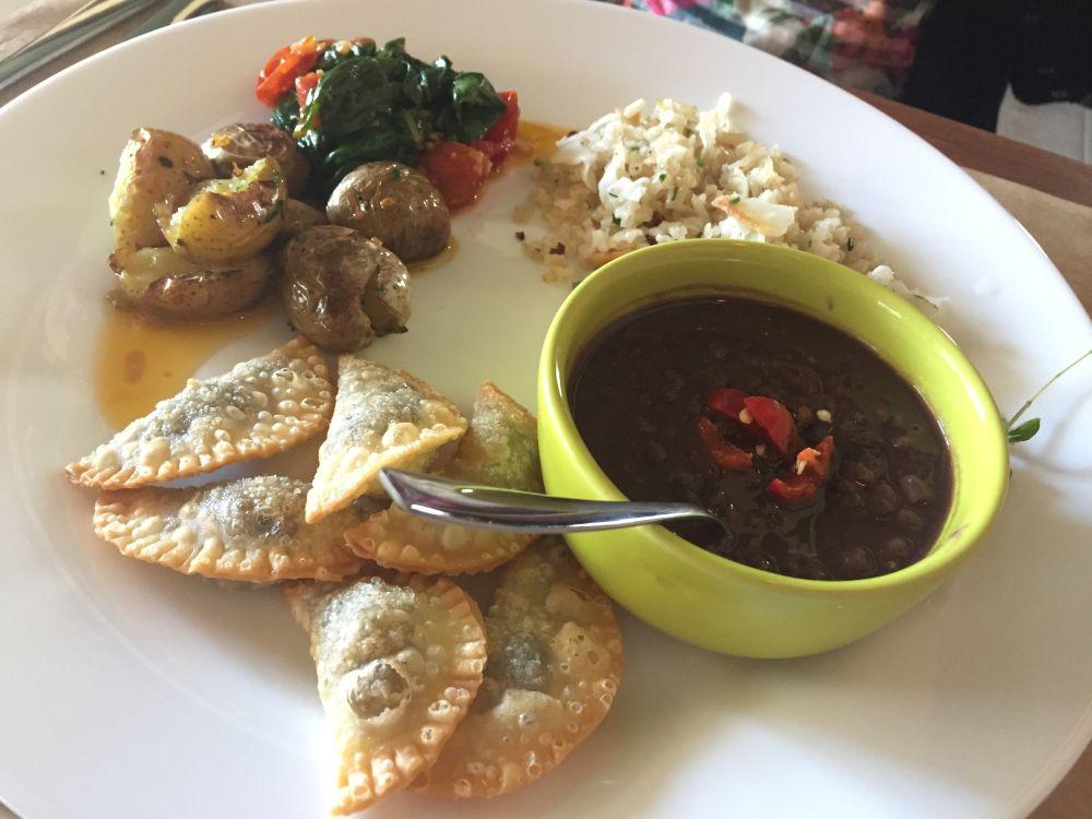 Arroz, feijão, batata salteada com pimenta calabresa, espinafre refogado e porção de pastéis de cogumelo. Foto: Flávia Schiochet/Arquivo pessoal