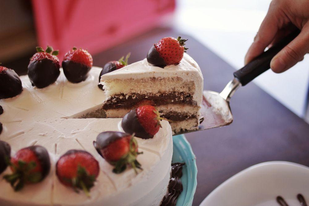 A massa de bolo foi a receita que levou mais tempo para chegar ao ponto desejado, segundo Isis Freitag. Foto: Apneia Filmes/Divulgação