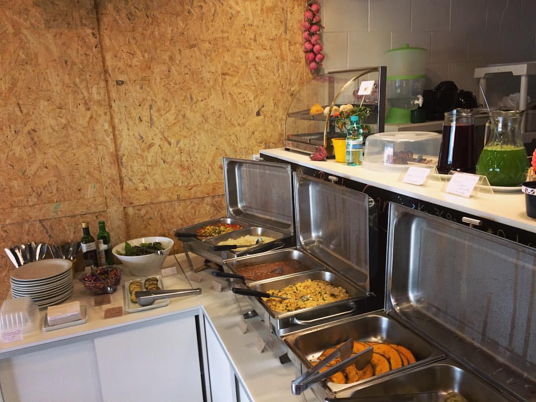 São servidos seis pratos quentes e quatro frios por dia. Foto: Reprodução/Facebook