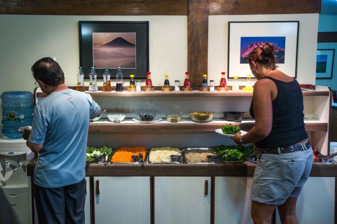 Buffet do Mikado tem oito opções de salada e oito de pratos quentes diariamente. Foto: Brunno Covello/Arquivo Gazeta do Povo