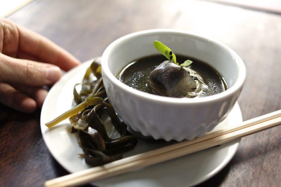 Somen: caldo de legumes tostados com alga kombu e noodle. Foto: Apneia Filmes/Divulgação