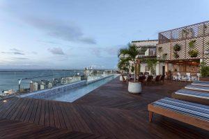 O Fera Lounge é aberto ao público a partir das 18h e fica na cobertura do edifício, destaque para a belíssima vista para a Baía de Todos os Santos, o Forte Marcelo e a Ilha de Itaparica. Os hóspedes ainda podem se refrescar na piscina com borda infinita. (crédito: Divulgação/Xico Diniz)