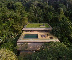 A 'Casa da Mata' emerge do solo, se projetando para fora da montanha e aproveitando o terreno acidentado. (crédito: divulgação).