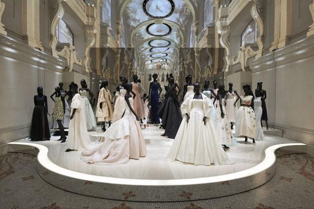 A exposição reúne cerca de 300 peças de alta costura, além de vestidos, obras de arte, móveis e pinturas. (Crédito: divulgação).