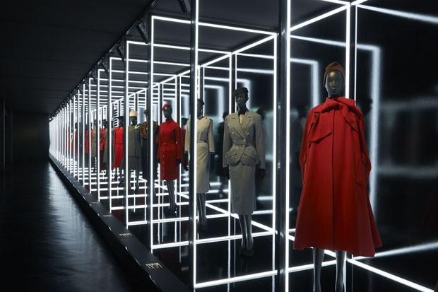 As criações de Christian Dior tinham curvas e caimentos inovadores para a época, influenciadas pelo ballet e pelas artes plásticas. O estilo ficou conhecido como 'New Look'. (Crédito: divulgação).