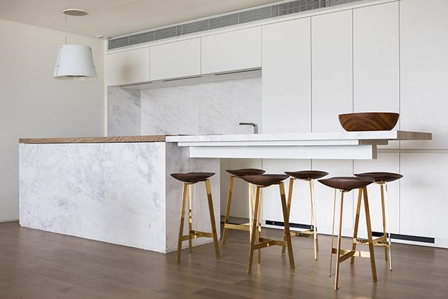 O piso em carvalho francês contrasta com as cores minimalistas e neutras do ambiente. (crédito: divulgação).