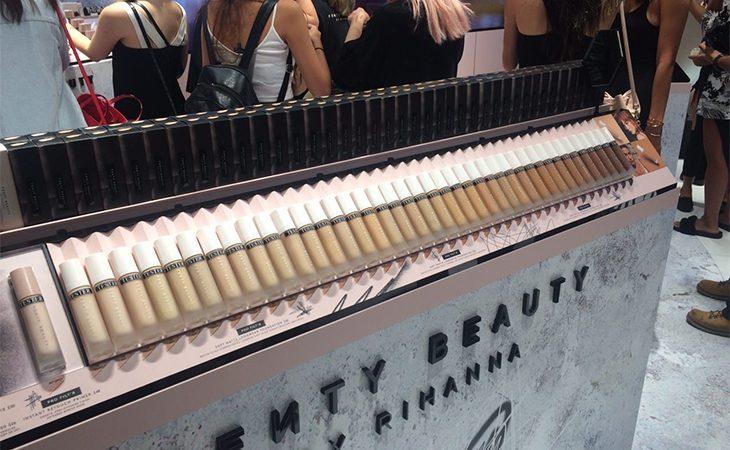 Rihanna lança marca de maquiagem para 40 tons de pele