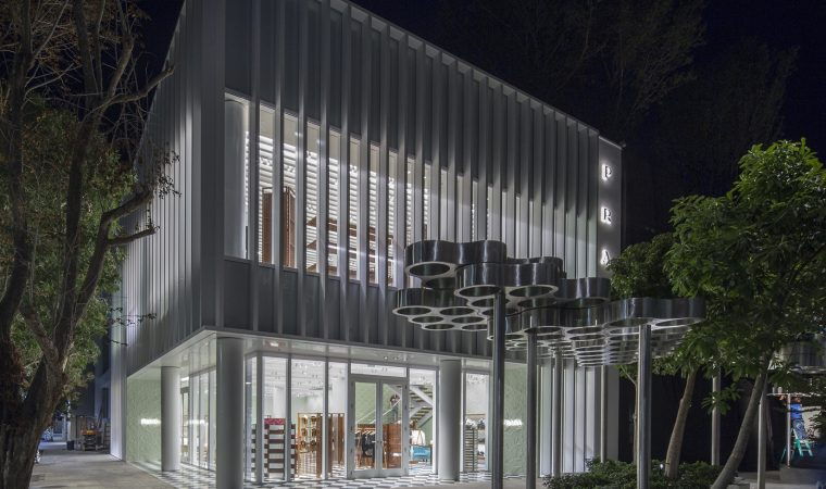 Prada lança nova loja com móveis de design brasileiro