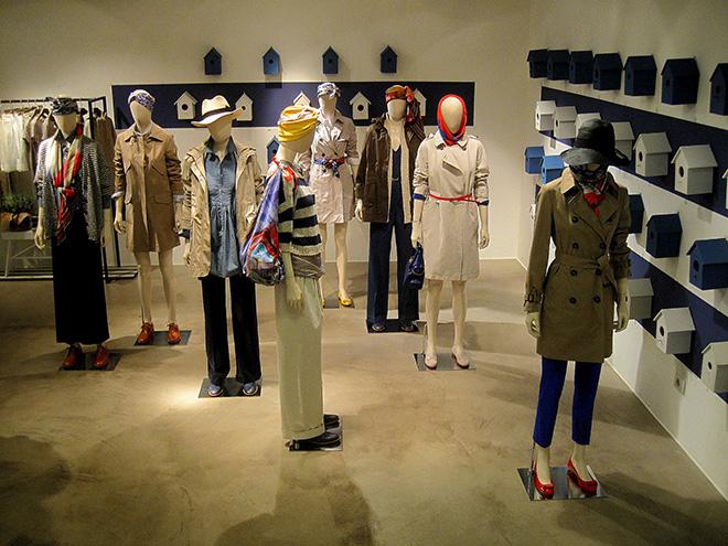 As vitrines e manequins da grife italiana Max Mara trazem composições reais e inteligentes. (crédito: Think Retail)
