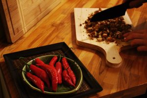 Pimentas e crocante de macadamia sendo cortado no Lab.thai | Por Lorenzo Bernardi