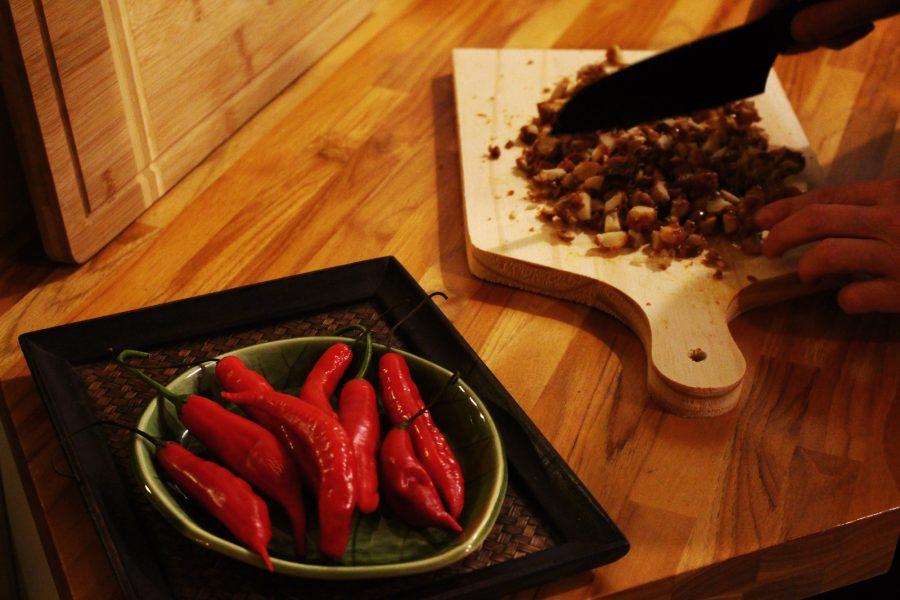 Pimentas e crocante de macadamia sendo cortado no Lab.thai   Por Lorenzo Bernardi