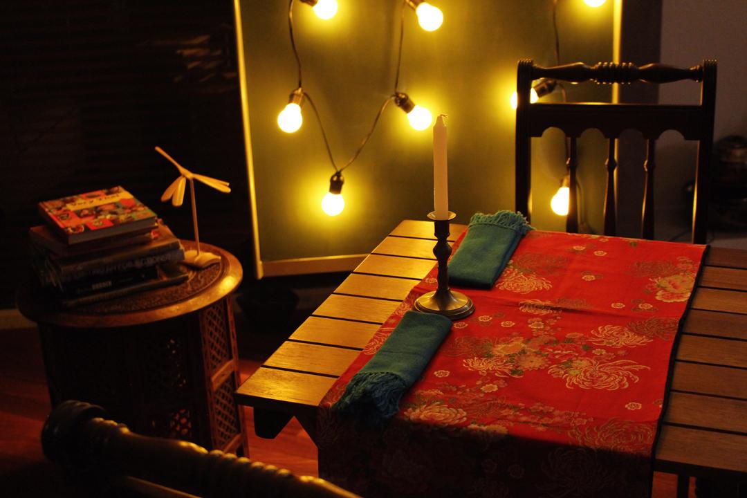 Ambiente aconchegante com mesa a luz de velas e decoração tailandesa no Labthai   Por Lorenzo Bernardi