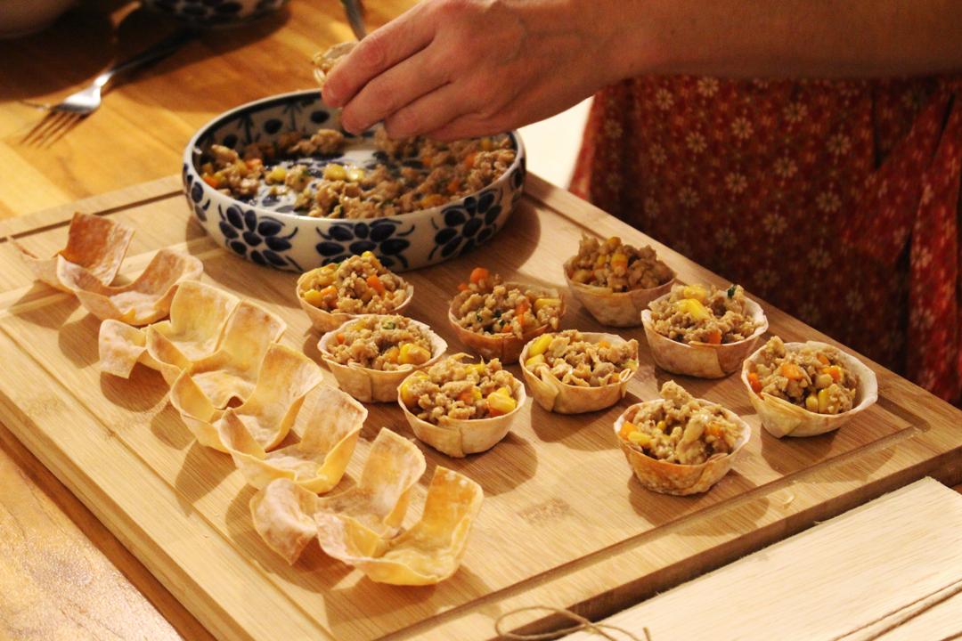 Daniela preparando cestinhas crocantes de frango tailandês na cozinha do Lab.thai   Por Lorenzo Bernardi