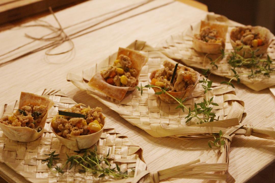 Cestinhas crocantes de frango tailandês na cozinha do Lab.thai   Por Lorenzo Bernardi