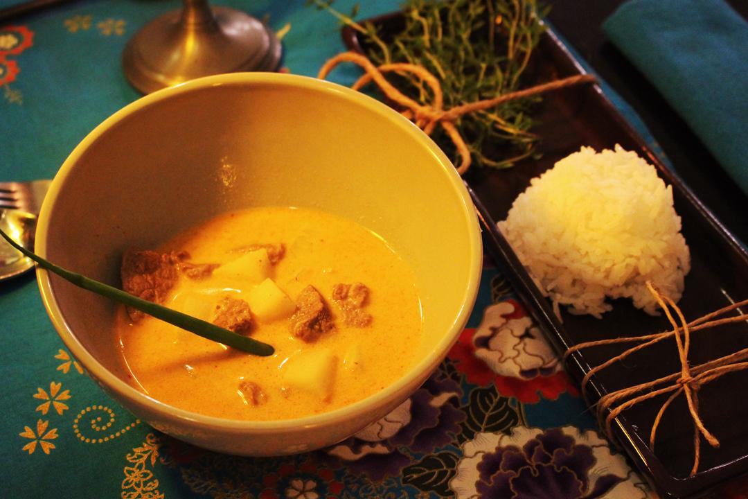 Curry de massaman servido com mignon, batatas, amendoim e arroz de jasmim   Por Lorenzo Bernardi