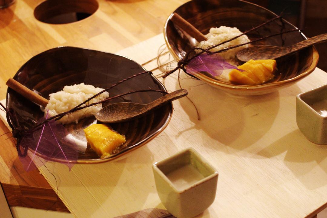 Khao Niew Mamuang: arroz moti doce com calda de leite de coco, manga e gergelim   Por Lorenzo Bernardi