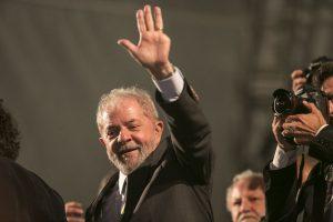 Ex-presidente Lula acena durante ato político em Curitiba