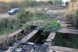 Ponte de madeira queimada em Jacinto (MG)
