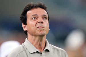 Fernando Diniz, técnico do Atlético-PR, não gosta de volante fixo, avalia Carneiro Neto.