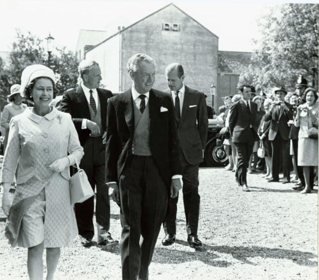 Dois casais: Rainha Elizabeth Junto a Benjamin Britten, e o príncipe Philip junto a Peter Pears