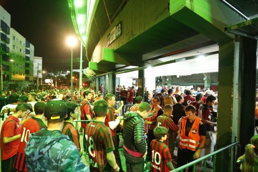 Atlético Paranaense x Grêmio pela 26ª rodada do Campeonato Brasileiro 2015. Estádio Couto Pereira. O Coritiba empresta sua casa para o arquirrival enquanto se realiza um show de rock na Arena da Baixada, casa do Atlético.