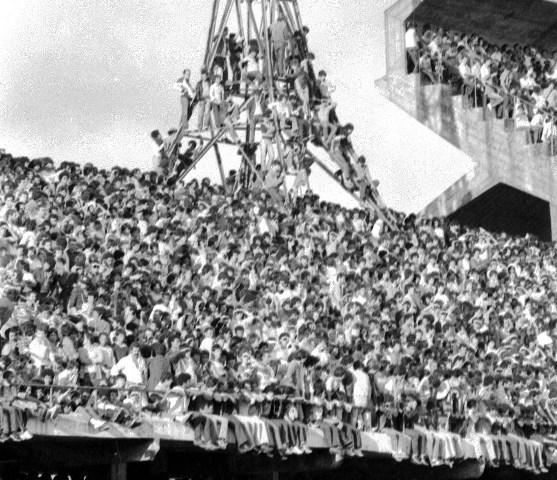 Torcida nos refletores de luz do Couto Pereira para ver Atlético e Flamengo, em 83: nunca se viu nada igual no futebol local.