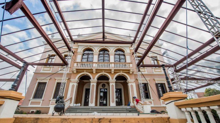 "Palácio Garibaldi ""deformado"". Foto: Letícia Akemi/Gazeta do Povo."
