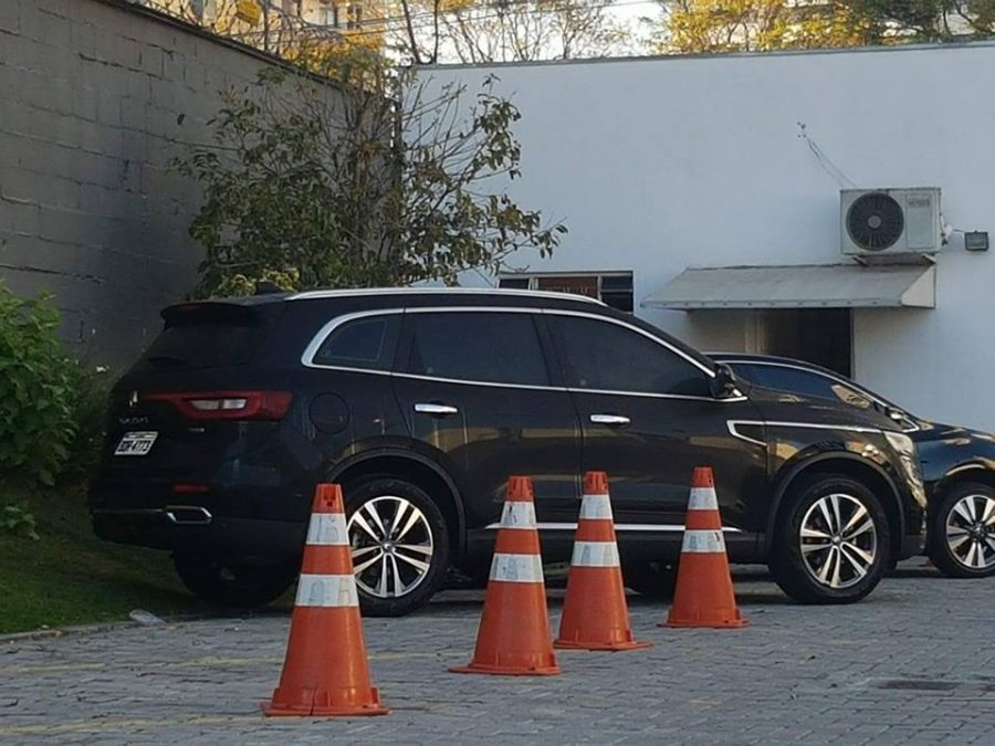 Koleos: estacionado em frente à casa de Beto Richa, no Bigorrilho.
