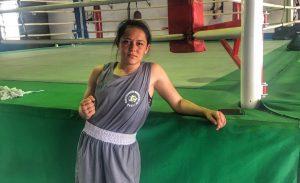 A pugilista Luana Barbosa posa em frente ao ringue do centro de treinamento olímpico de boxe, em São Paulo