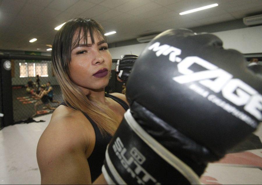 Lutadora trans Anne Veriato enfrenta homem no Mr. Cage 34, em março, em Manaus. Foto: Winnetou Almeida.
