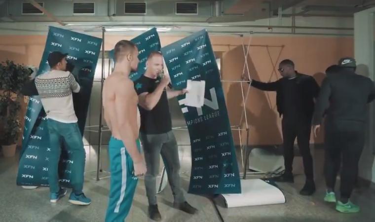 Lutador empurra rival em pesagem, destrói cenário e depois passa vergonha; assista o vídeo