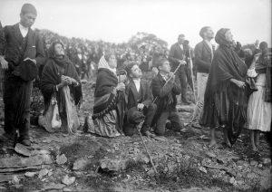 Pessoas olham para o céu atrás do sinal prometido pela Virgem Maria em 13 de outubro de 1917, em Fátima