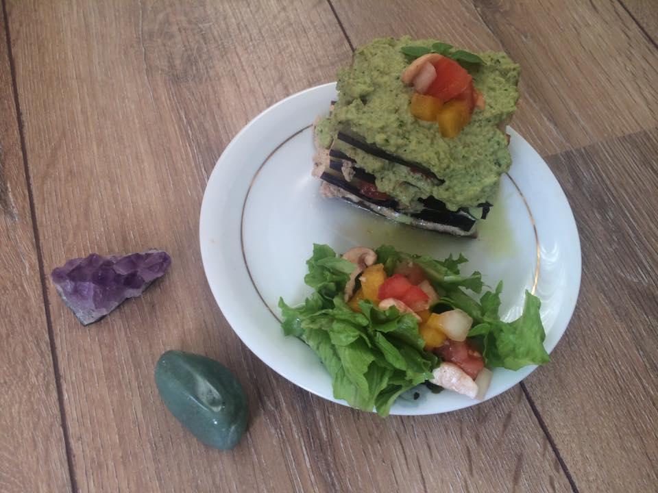 Lasanha crudívora de berinjela com pesto de lentilha germinada. Foto: Anna Beatriz Koslinski/Divulgação