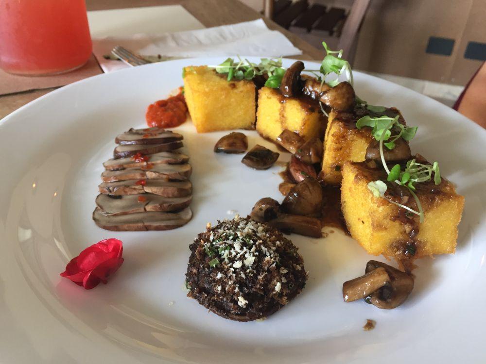 Polenta frita com cogumelos de diferentes texturas e demi glace vegetal. Foto: Flávia Schiochet/Arquivo pessoal