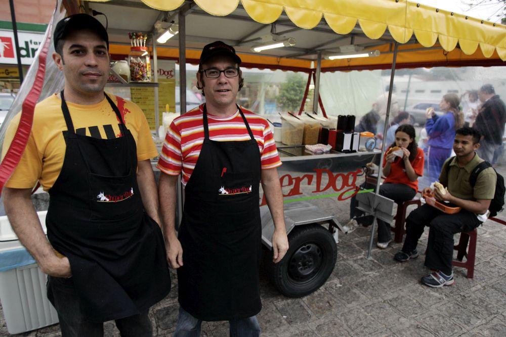 """Carlos """"Mamá"""" Tostes e Paulo Campi foram donos do Superdog entre 2002 e 2010. Foto: Pedro Serápio/Arquivo Gazeta do Povo"""