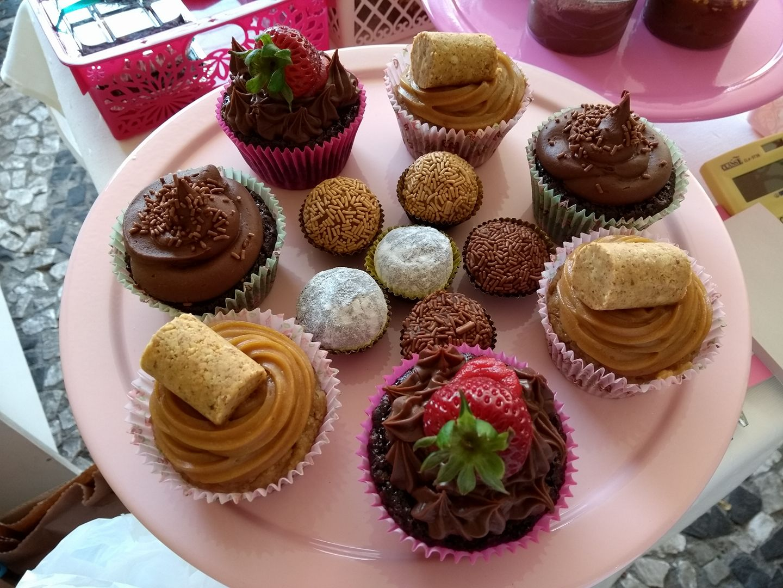 Cupcakes e brigadeiros servidos na feira mensal de confeitaria vegana no Natural Café. Foto: Divulgação