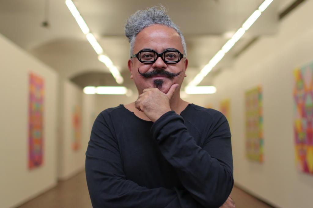 O estilista brasileiro Ronado Fraga esteve na inauguração da BienalSur em Buenos Aires. (crédito: Reprodução / André Avila).