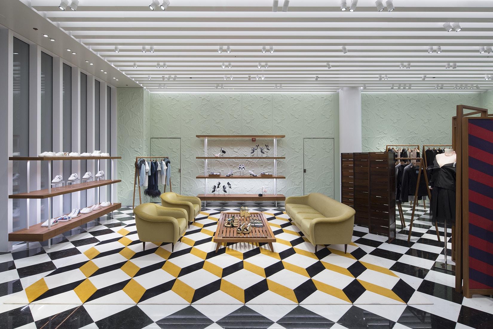 O piso de mármore faz referência à histórica loja flagship da Prada na Galleria Vittorio Emanuele II em Milão. (crédito: divulgação).