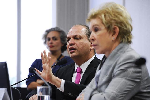 Ministro da Saúde, Ricardo Barros, ao lado da senadora Marta Suplicy (PMDB-SP), durante reunião da Comissão de Assuntos Sociais (CAS) no último dia 2. Foto: Marcos Oliveira/Agência Senado