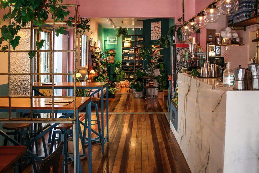 Botanique Café Bar e Plantas por Lorenzo Bernardi Entrada do café com plantas e decoração urban jungle