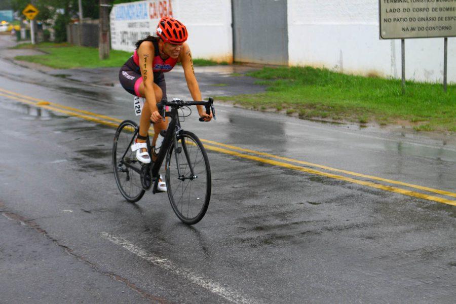 Cynthia Duarte em competição de triathlon