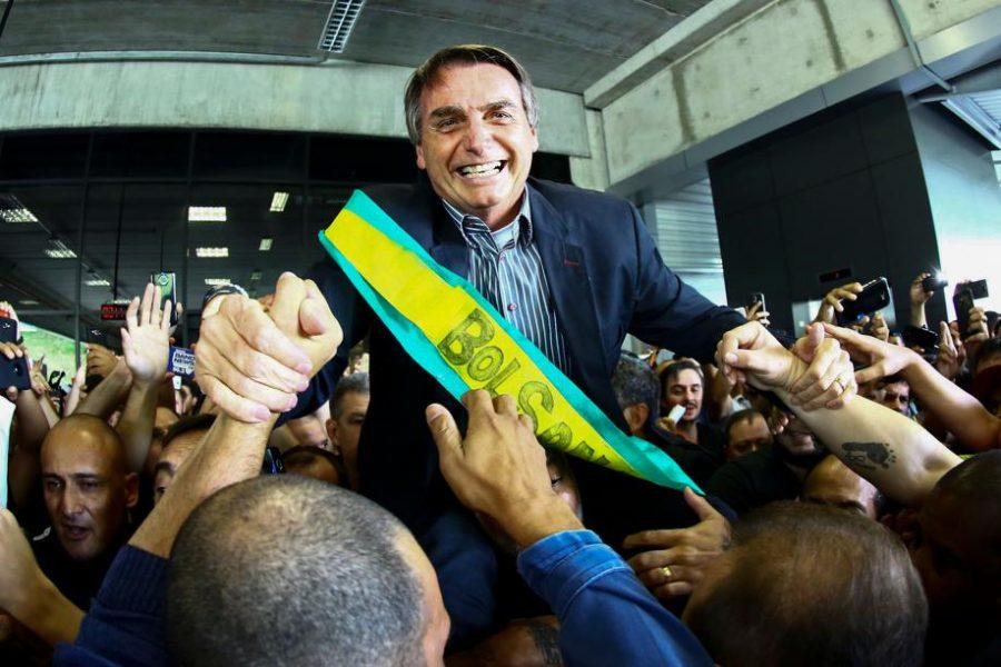 Bolsonaro é recebido com festa por eleitores no aeroporto Afonso Pena, na região de Curitiba.