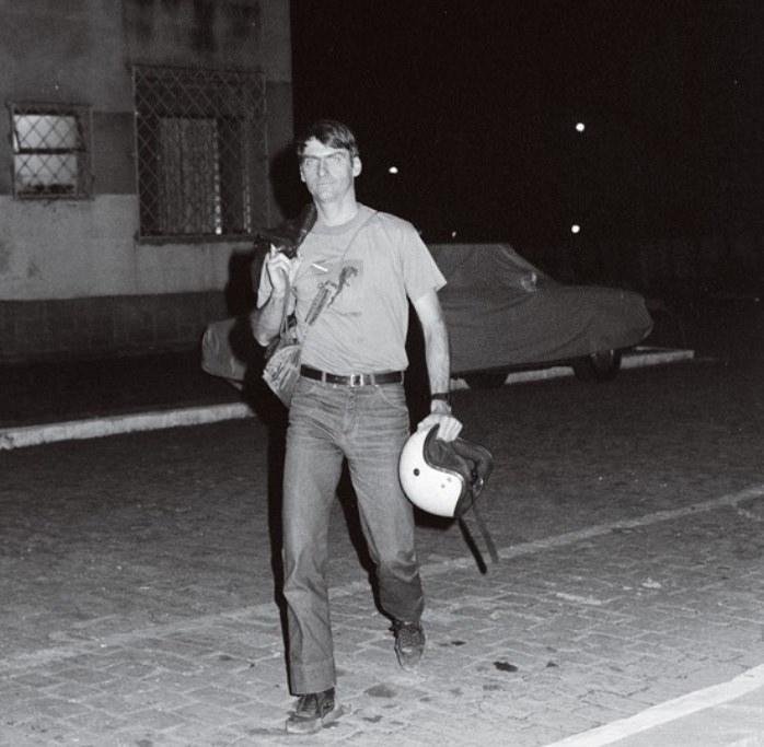 O então capitão do Exército Jair Messias Bolsonaro caminha pelas ruas do Rio de Janeiro.
