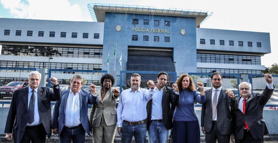Deputados petistas posam para foto em frente à sede da PF, em Curitiba, em apoio ao ex-presidente Lula, que está preso no local.