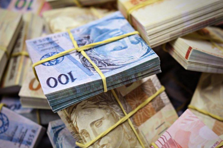 Deputados têm direito a receber duas boladas de R$ 33,7 mil após seis meses de mandato.