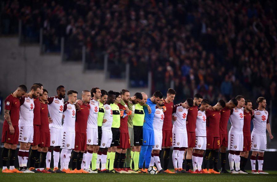 Jogadores de Roma e Torino fazem tributo a jogador Astori da Fiorentina. Foto: FILIPPO MONTEFORTE/AFP